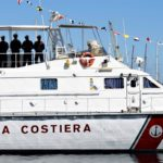 La Guardia Costiera soccorre un barchino al largo di Mazara del Vallo